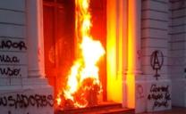 Fiscalía Logra Internación Provisoria Para Menor Que Fue Formalizado Por Delitos de Incendio en Puerta de la Catedral y Desórdenes Públicos