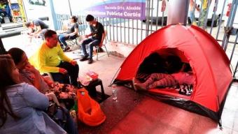 Emplazan al Gobierno Por Familias Del SAE Que Permanecen Pernoctando en Las Afueras de CMDS en Búsqueda de Matrículas