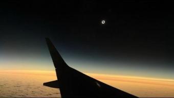 """Desde el Aire Más de 80 Pasajeros Disfrutaron Del Eclipse Solar en Vuelo """"Ciudadano"""" SKY"""